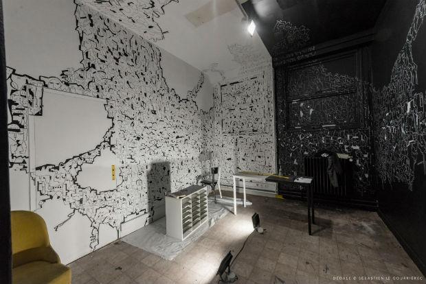 Pièce qui immerge le visiteur dans un vortex par Astro et ambiance de bureaux dans une pièce du rez-de-chaussé qui rappelle le passé administratif et bureaucratique par Karina