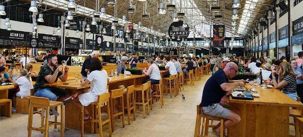 Le Time Out Market à Lisbonne, avec ces 35 échoppes, propose une cuisine qualitative et locale