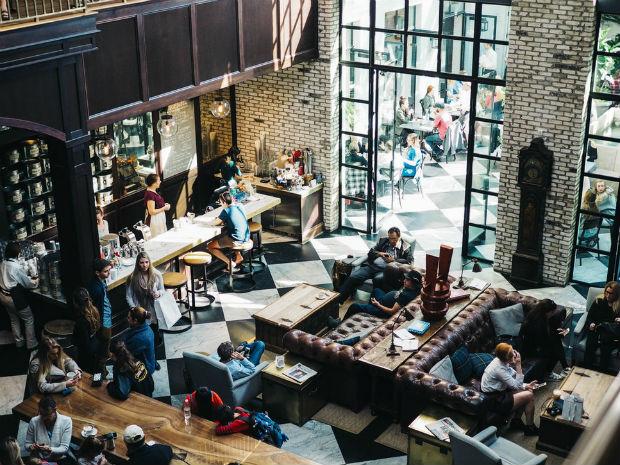 Les mobiliers cosy des slow-cafés permettent à tous de se sentir à l'aise et favorisent les échanges