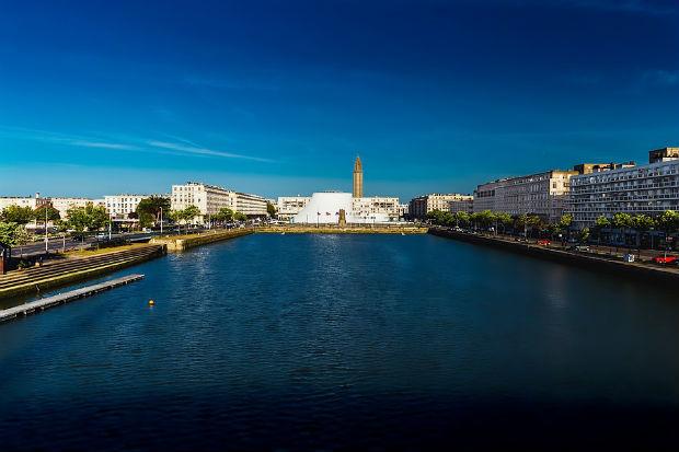 Le bassin du commerce avec en fond Le Volcan la scène nationale du Havre