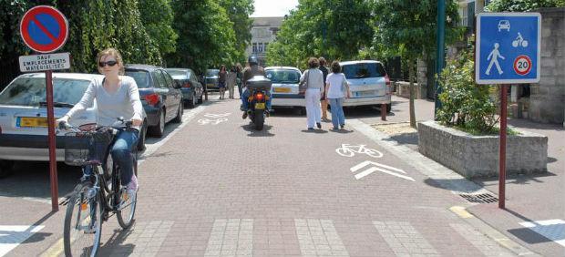 La zone de rencontre est de plus expérimentée en ville, elle permet aux différents modes de transports de cohabiter à vitesse réduite