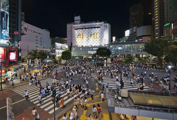 À Tokyo, le carrefour Shibuya est le plus utilisé au monde, il donne la priorité aux piétons en leur permettant de traverser en diagonale