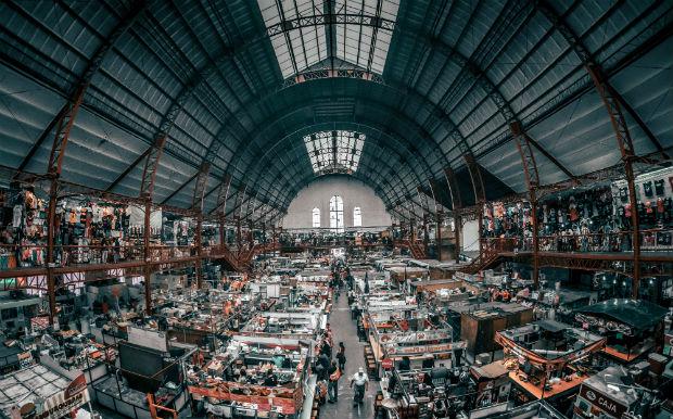 Les marchés se voient peu à peu formalisés par des structures couvertes, comme cela a été le cas en 1910 à Guanajuato au Mexique, un marché qui vend de l'artisanat mexicain et des produits alimentaires.