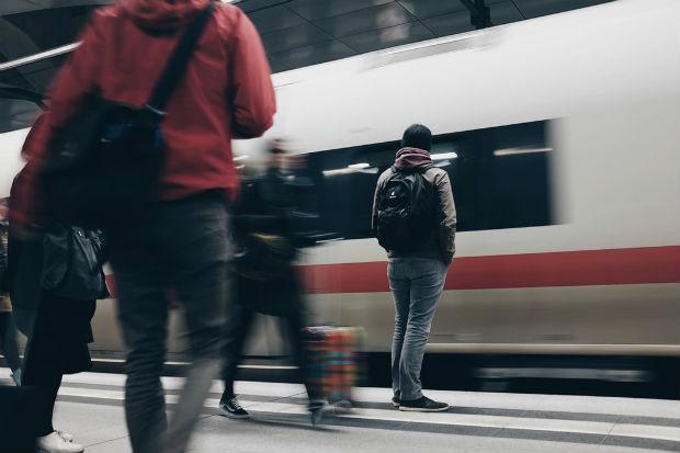 Des personne attendant le métro