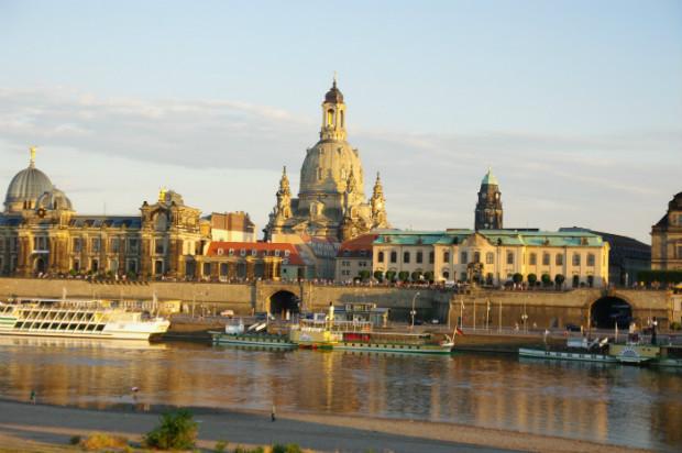 Vu du centre-ville reconstruit de Dresde depuis l'Elbe.