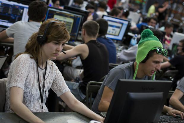 Concentration face aux écrans - Crédits Maxime FORT sur Flickr