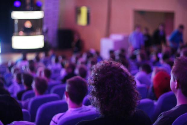 La tension est palpable parmi le public des supporters et curieux - Crédits Denis Dervisevic sur Flickr