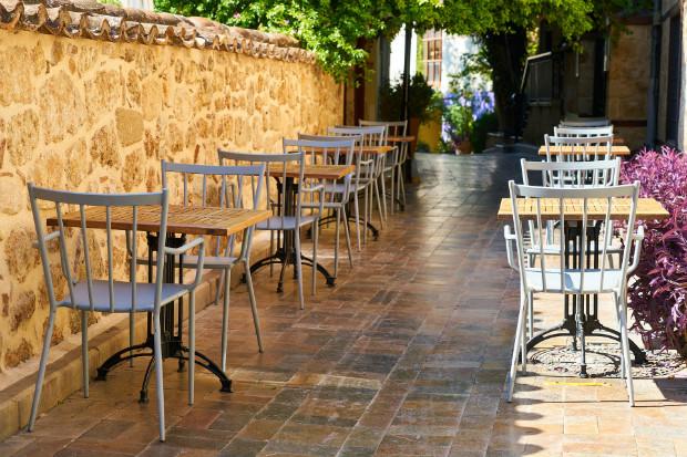 Certaines terrasses empiètent sur l'espace public et laissent peu de place aux piétons. ©Pixabay
