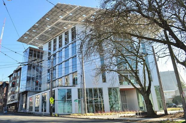 Immeuble de bureaux, le Bullitt Center à Seattle a été construit sans parking pour limiter son impact carbone - Joe Mabel Wikipédia