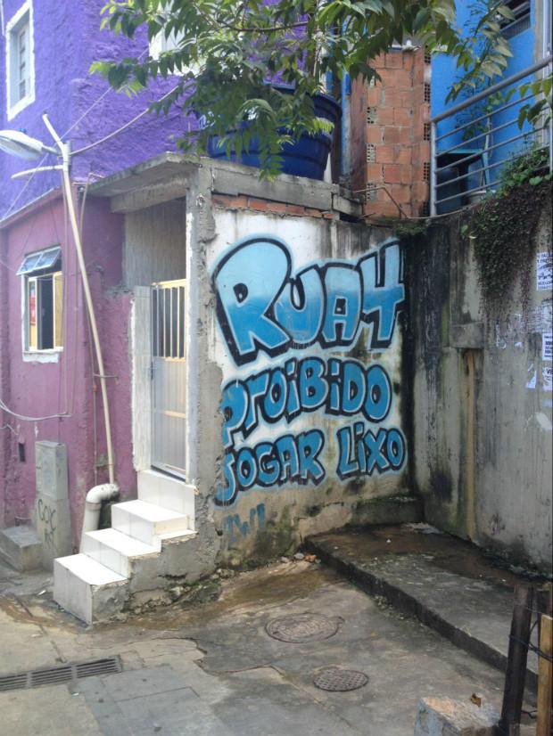 """""""Rue 4, interdit de jeter les poubelles"""" dans la favela Rocinha à Rio de Janeiro (Brésil) © Jessica Gonzalez via Lumières de la ville"""