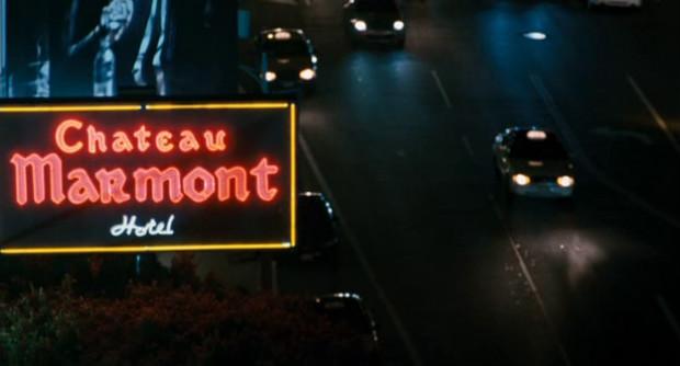 Vue sur l'entrée du Chateau Marmont, célèbre hôtel hollywoodien où réside indéfiniment la star Johnny Marco, dans Somewhere (2010)