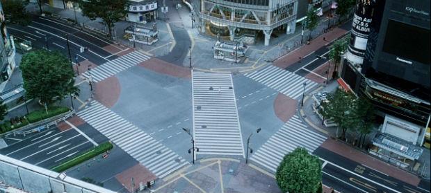 Vision incongrue du Shibuya Crossing, déserté par les foules, dans Tokyo! (2008)