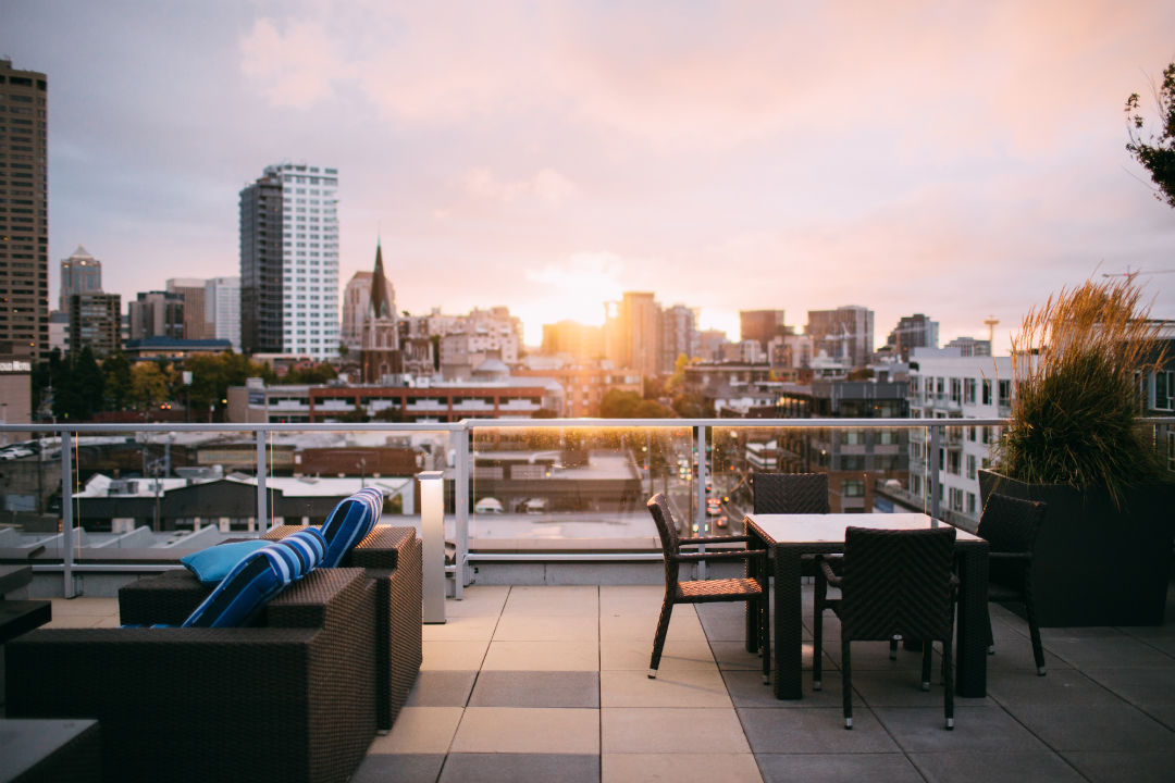 Une toiture investie comme lieu de vie à Seattle - source : @garrettpsystems via unsplash