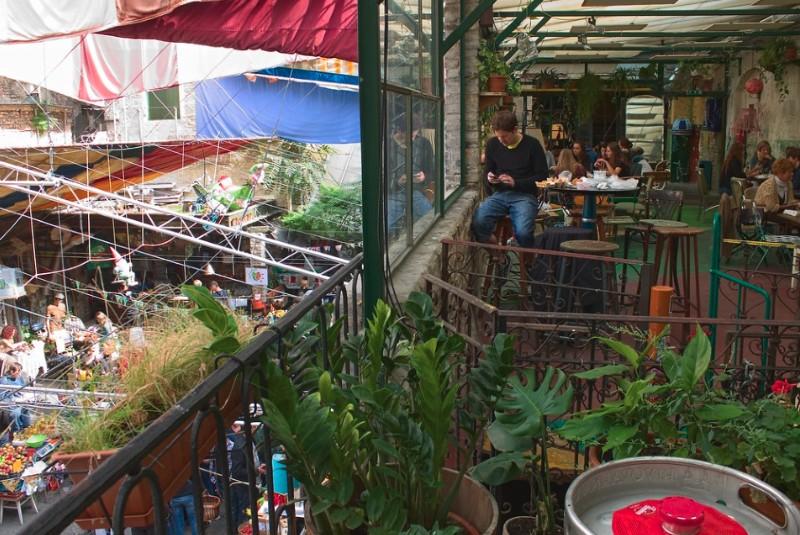 Le bar Szimpla Kert installé dans un immeuble délabré à Budapest @Nicola Vollmer
