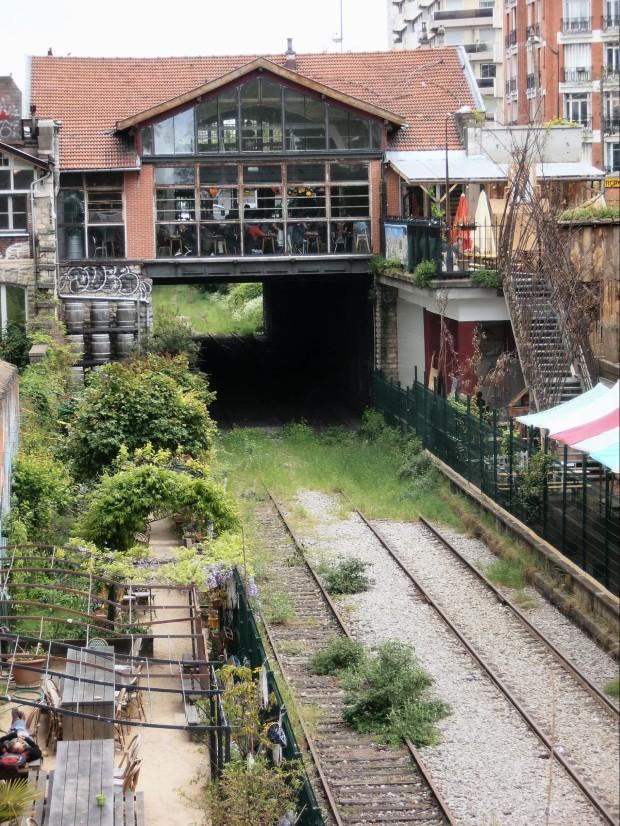 L'ancienne gare d'Ornano sur la petite ceinture parisienne, porte de Clignancourt, s'est transformée en Recyclerie, et connaît depuis un fort succès ©️Jeanne Menjoulet sur Flickr