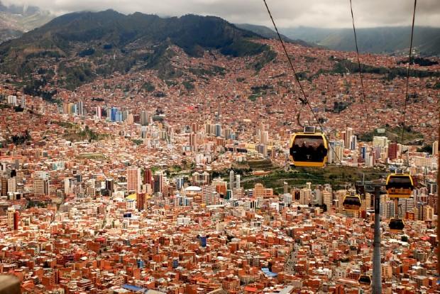 Le ciel de La Paz est animé par les allers-retours des cabines ©️Yang Jingsur Unsplash