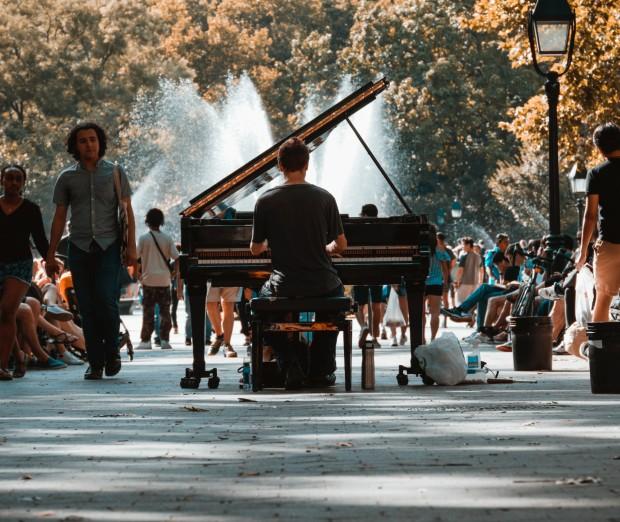 un pianiste fait un concert public au milieu de la rue ©️ Josh Appel sur Unsplash