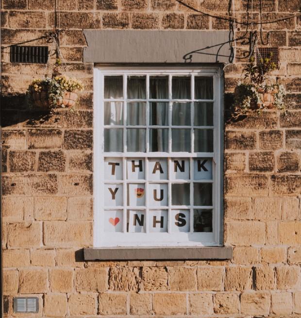 Solidarité aux fenêtres de Dan Burton via Unsplash
