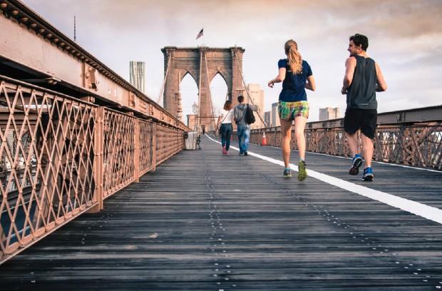 À New-York, course à pied sur le célèbre Brooklyn Bridge.
