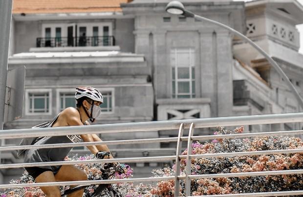 Pour se protéger du coronavirus, certains citadins pédalent. Source : @victorhwn725 via unsplash