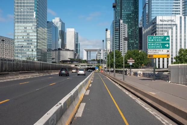 Profitant de la baisse de trafic automobile, une voie a été transformée en coronapiste au pied de La Défense à Paris. Source : Julien B. via Flickr