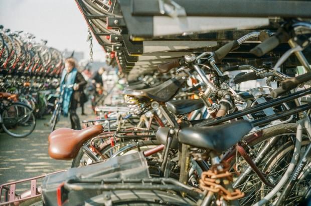 Exemple d'un parking à vélos dans la ville d'Amsterdam. Source : @olva via unsplash