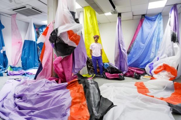 Antonin Hako et les différentes pièces de sa montgolfière dans son atelier - photo @salimsantalucia
