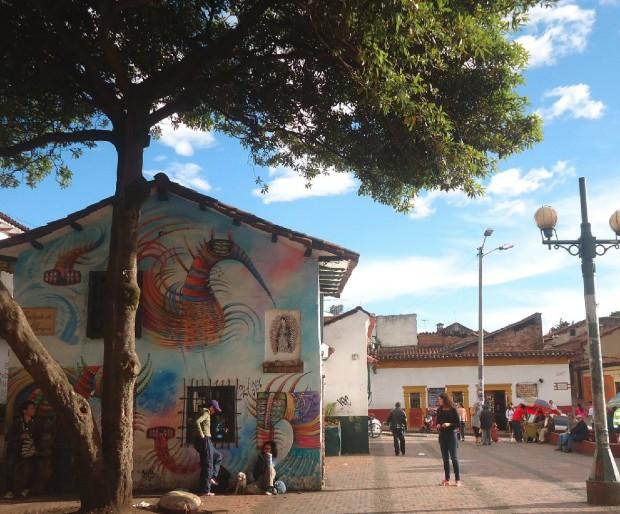 Place publique à Bogotá ©️ Robin Javier via Pixabay