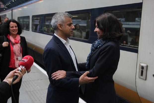 Rencontre entre Sadiq Khan et Anne Hidalgo, en 2016 à Londres. Les maires de Londres et Paris veulent renforcer les partenariats entre les deux villes - Flickr/France in the UK