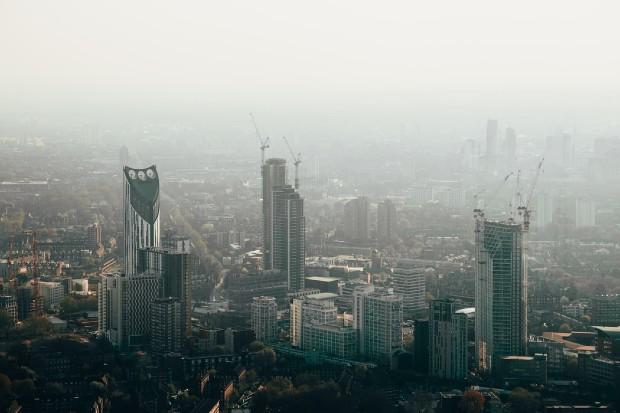 Le smog : une des conséquences néfastes des grandes villes - Source : @watcharlie via unsplash