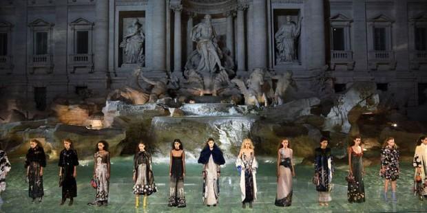 Après avoir financé la rénovation du monument, la marque Fendi organise un défile dans la Fontaine de Trevi - Fendi