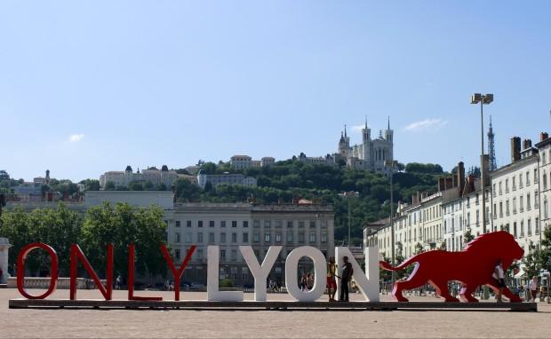 Exemple de la marque OnlyLyon dont le logo a pris place au cœur de la métropole lyonnaise, place Bellecour. Source - wikipedia