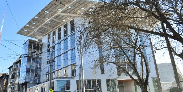 Le Bullitt Center, à Seatle, est l'un des premiers bâtiments à énergie positive au monde. (photo - Joe Mabel, Wikimedia commons)