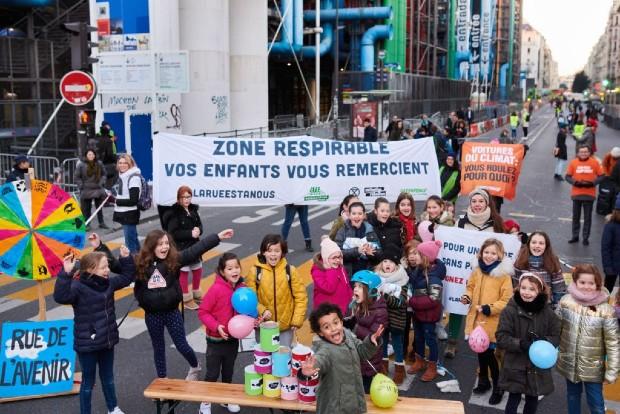 Action contre la pollution de l'air du groupe local de Paris, La Rue Est A Nous, Janvier 2020, devant une école de Paris ©️ Clément Duquenne