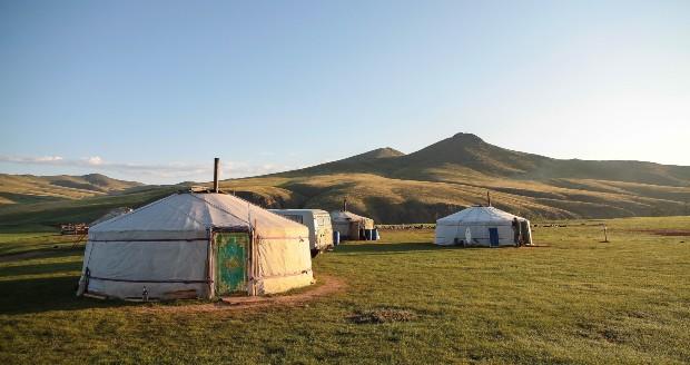 Yourtes dans les steppes mongoles, un mode de vie nomade ancestral - Source : Vince GX via unsplash