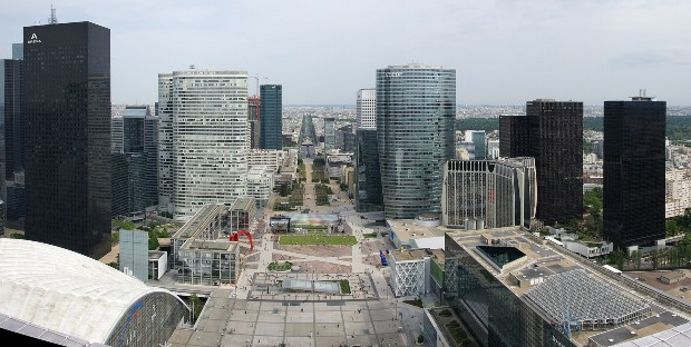 La dalle vue depuis le sommet de l'arche de La Défense. Source : Jean-Christophe BENOIST via wikipédia