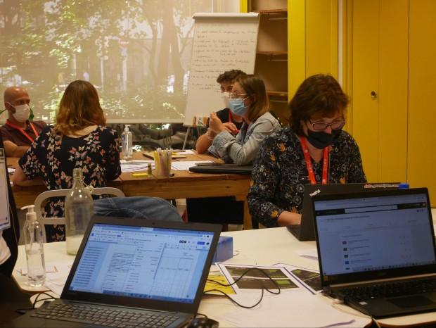 Échanges lors d'un Datathon Déchets, deux journées d'innovation collaborative et multipartenaires, où divers acteurs se sont questionnés sur le potentiel de la donnée numérique sur les enjeux des déchets. source : Association Tubà