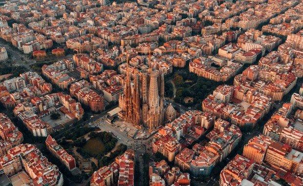 Vue aérienne de la configuration urbaine de Barcelone © Logan Armstrong via Unsplash