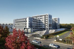 """Meudon, octobre 2011 : """"Green Office"""", bâtiment tertiaire à énergie positive, intérieurs et extérieurs de jour et de nuit. Architecte : Ion Enescu, Atelier 2M."""