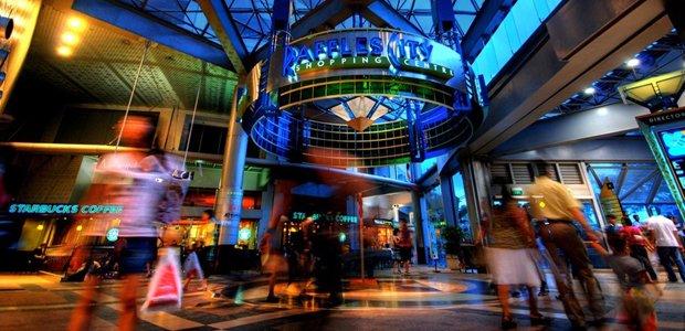 Centre commercial de nuit. DR