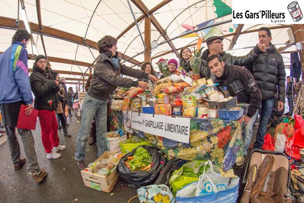 Le mouvement des Gars'pilleurs récupère les restes du marché pour les distribuer gratuitement aux passants, comme ici à Montreuil. Copyright : Les Gars'pilleurs