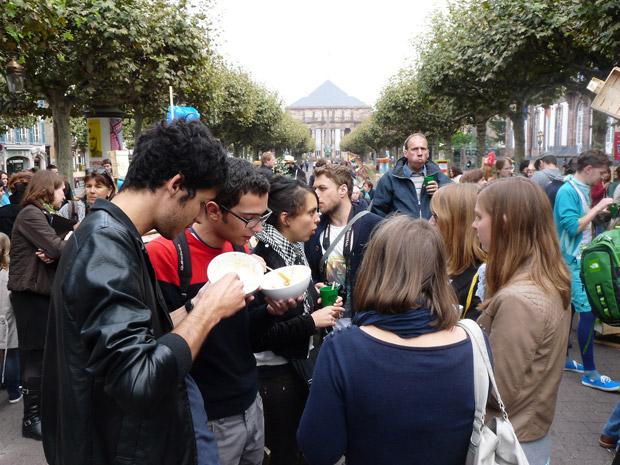Une Disco Soupe, « mouvement solidaire et festif s'approprie l'espace public et le rebut alimentaire pour sensibiliser au gaspillage », à Strasbourg. Crédits : Disco Soupe Strasbourg