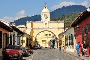 Les façades colorées de la ville d'Antigua, ancienne capitale du Guatemala. Copyright : Chensiyuan / Wikimedia