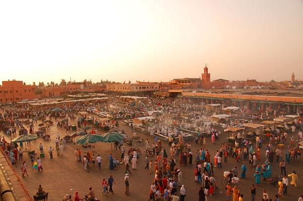 Vue sur la très touristique place Jemaa el-Fna de Marrakech. Copyright : Lviatour / Wikimedia