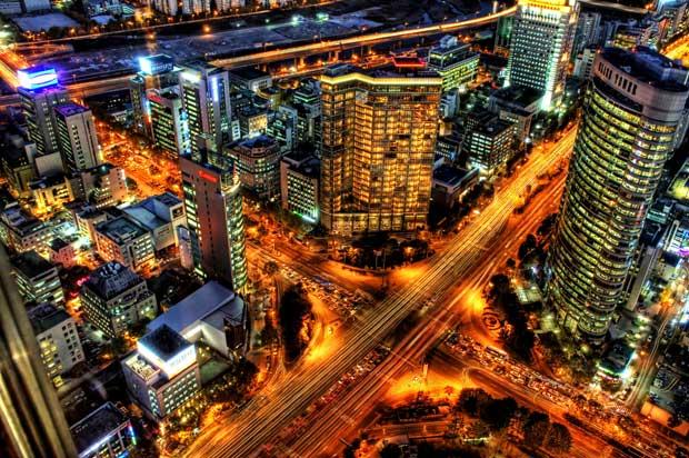 Vue nocturne de Séoul, une ville qui tend à détruire ses autoroutes urbaines pour en faire des pistes cyclables et des voies de bus. Copyright : Trey Ratcliff / Flickr