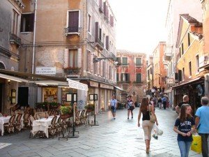 À Venise, impossible de circuler en voiture. Les rues de la ville sont réservées aux touristes. Copyright : Toscano 2011 / Flickr