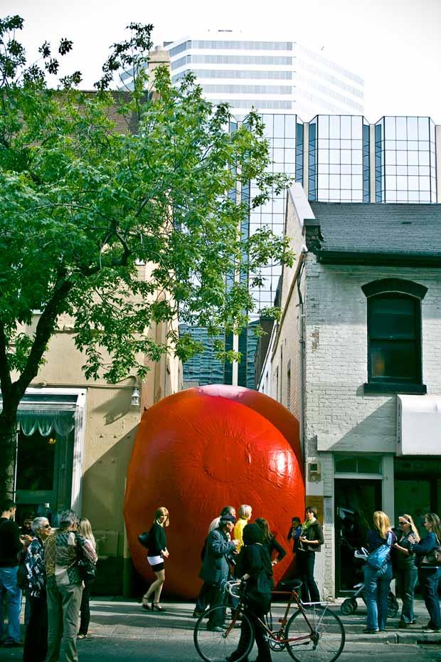 Le projet RedBall de Kurt Perschke, ici à Toronto, s'attache à montrer le potentiel des interstices. © Christopher Woo