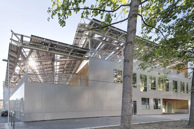 D'une superficie de 5 500 m2, l'école PEF est recouverte d'une toiture photovoltaïque fixée sur des modules de verre pour laisser filtrer la lumière zénithale. Copyright : Florian Kleinefenn