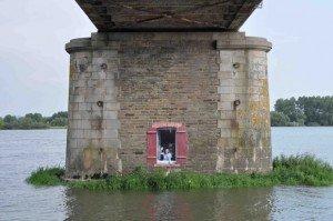 Les artistes se sont emparés des piles des ponts pour y insérer des trompe-l'œil lors de l'exposition Aberrations poétiques à Mauves-sur-Loire. © Arthur Ripoche