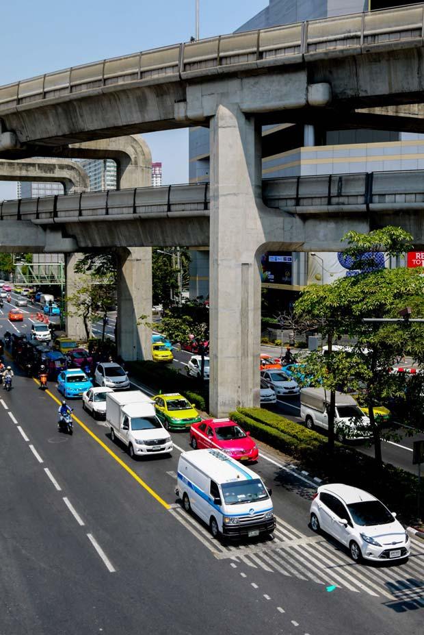 Le fleuve reste un axe majeur de transport et à toutes les échelles : flux internationaux et dessertes locales. Crédits : Architecture by Road